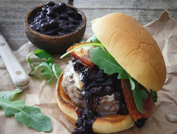 Recipe: burger with blueberry sauce and brie cheese