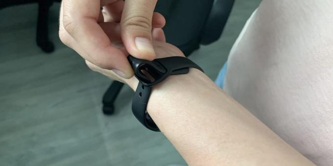Review of Samsung Galaxy Fit and Galaxy Fit E: Strap