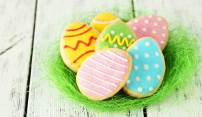 Easter biscuits with protein glaze