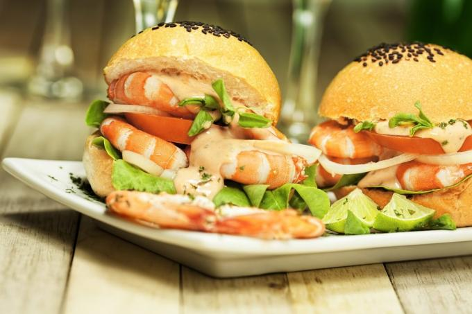 Burger with prawns and aioli sauce