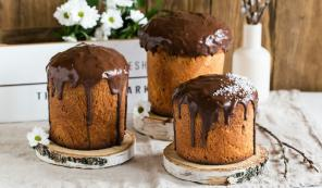 Kulich without yeast with chocolate icing