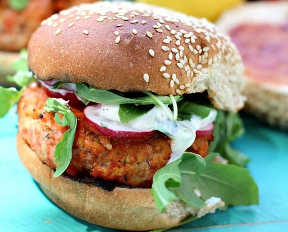 How to cook a burger with salmon, lemon and fennel
