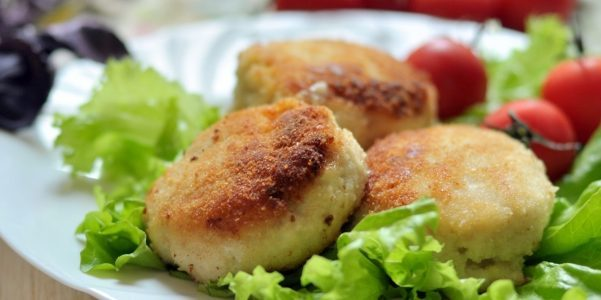Cutlets from pollock with sour cream and cucumber sauce
