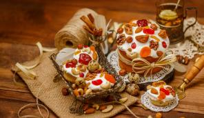 Easter cakes with raisins, candied fruits and rum