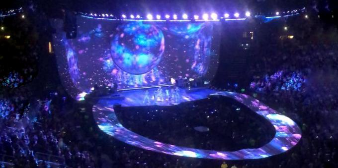 Unsuccessful design: the stage at a concert Ariana Grande resembles a toilet